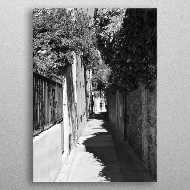 A small street in Saint-Tropez.  Black and white photo by photographer Tom Vandenhende.  (Riviera Art Saint-Tropez). metal poster
