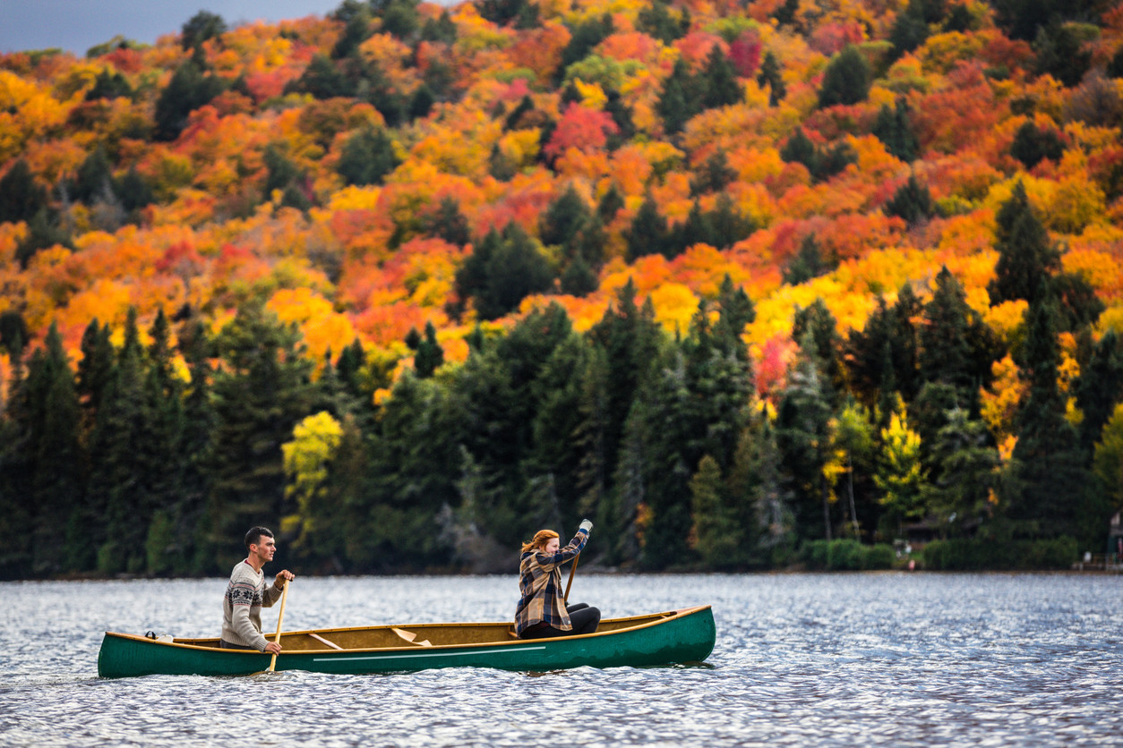 couple-enjoying-a-ride-on-a-typical-canoe-in-canada-in-autumn